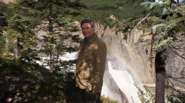 Canadas regeringschef, Stephen Harper, ved et vandfald under hans nylige rundtur i Canadas arktiske egne, efter at russerne symbolsk gjorde krav på undergrunden ved Nordpolen for et par uger siden. Canada kræver også sin del.