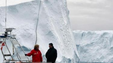 Statsminister Anders Fogh Rasmussen viste i sidste uge den tyske kansler Angela Merkel rundt på Grønland, så hun kunne opleve den globale opvarmning på tæt hold, men den danske regering vil ikke afskrive sig retten til at udvinde fossile brændstoffer fra undergrunden