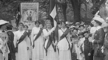Kvindetoget i 1915. grundlovs-ændringerne i 1915, der indførte kvindelig valgret til Rigsdagen, er ifølge nogle iagttagere den reelle dato for demokratiets indførsel i Danmark. Arkiv