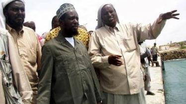 Efter at Sheikh Sharif Sheikh Ahmed (i midten) og hans Råd af Islamiske Domstole overtog havnen i Mogadishu i juli 2006, ophørte skibskapringerne i farvandet ud for Somalia. I dag, hvor de islamiske domstole er fordrevet fra magten, råder lovløsheden på ny ud for Somalias kyst.