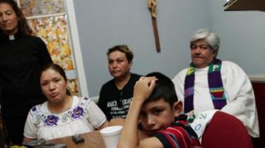Kort efter, at Elvira Arellano (tv.) havde besvaret spørgsmål fra journalister i Nuestra Senora kirken i Los Angeles, blev hun udvist til Mexico og dermed adskilt fra sin søn, Saul.