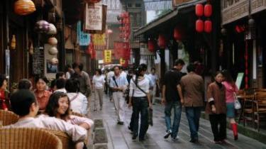 Hvor (Sichuan)peberet gror. Sichuan-provinsen er på størrelse med hele Vesteuropa. Dens hovedby, Chengdu, har ry for at være en af Kinas mest afslappede byer, her drikkes der te og spilles mah-jong i aftenheden. Og når man har fået nok af bylivet, er der tid til et besøg hos pandaerne i Bambusskovene i Sichuanbjergene, hvor 80 procent af verdens pandaer lever.