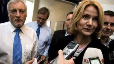 Fredag blev S smidt ud af forhandlingerne om regeringens 2015-plan - nu står partiet ifølge en måling til igen at blive landets største. »De fleste vælgere er opdraget sådan, at de kan regne ud, at man ikke tage pladsen i økonomien og bruge den lige godt på skattelettelser og velfærd,« siger politisk ordfører, Henrik Sass Larsen (th.).