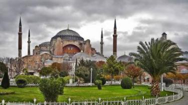 I går vandt Abdullah Gül som ventet tredje runde af Tyrkiets præsidentvalg. I landet hænger Kemal Atatürks kontrafej over alt, og når man forlader Istanbul, er man forvisset om, at den moderniserings- og demokratiseringsproces, som han initierede, ikke kan rulles tilbage