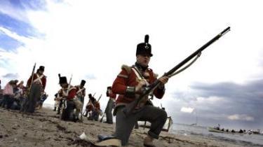 For 200 år siden gik englænderne i land ved Vedbæk Strand og plyndrede på livet løs. På lørdag leverer de pænt tyvekosterne tilbage, sådan som FN-konventionerne om civilt krigsbytte foreskriver.