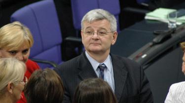 I dag får den tidligere tyske udenrigsminister prisen som 'årets europæer' blandt andet fordi han har demonstreret over for venstrefløjen, at EU kan bruges til at føre progressiv politik