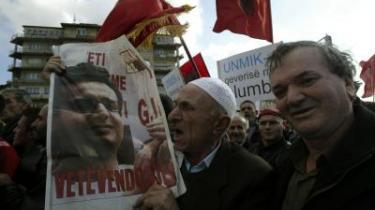 Albin Kurti, der for tiden sidder i husarrest og derfor ikke selv kan deltage i demonstrationer for et selvstændigt Kosovo, bæres her på et banner af en af sine mange tilhængere.
