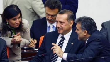 Nimet Cubukcu blev ministeren for kvinde- og familieanliggender og er samtidig den eneste kvinde blandt de i alt 25 ministre i den nye tyrkiske regering. Den skandale har vakt vrede i Tyrkiets aktive netværk af kvinde-ngo-er. Nimet Cubukcu (tv.), premierminister Recep Tayyip Erdogan og tidligere udenrigsminister, nu Tyrkiets præsident, Abdullah Gül (th.).