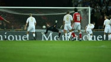 Her går det galt. Det er uretfærdigt, men der er ikke retfærdighed i fodbold. Et hårdt presset Benfica får bolden i FCK-s mål trods et klart underlegent spil.