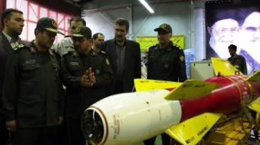 -Vi vil bruge de her bomber mod vore fjender, når tiden kommer,- sagde Irans forsvarsminister, brigadegeneral Mostafa Mohammad Najjar (t.v.), forleden, da han besøgte en våbenfabrik i Teheran. Efter en stille sommer har både USA og Iran igen skruet op for retorikken.