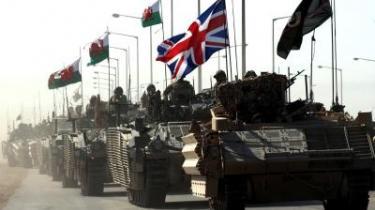 En konvoj af britiske militærkøretøjer på vej ud af Basras centrum 550 km sydøst for Bagdad. I nattens mulm og mørke trak briterne sig ud af Saddam Husseins tidligere palads, hvor de havde holdt til siden 2003.