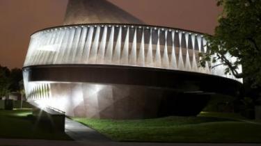 Pavillonen i Serpentine Gallery designet af Olaafur Eliasson og har en 150 meter lang rampe, der fører op til et tag, hvorfra besøgende kan nyde udsigten over den omgivende park.