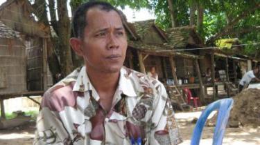 Den 48-årige bonde Meth Mouen har mistet sin familie til De Røde Khmerers massegrave. Men som så mange andre cambodjanere ved han ikke, hvor han skal henvende sig med sine historier