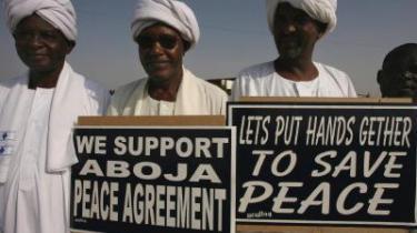 Der blev holdt skilte frem, da FN-s generalsekretær Ban Ki-Moon ankom til det nordlige Darfurs hovedstad, El Fasher. Den komplicerede konflikt kræver dialog på lokalt niveau for at nå en løsning, lyder rådet fra eksperter.