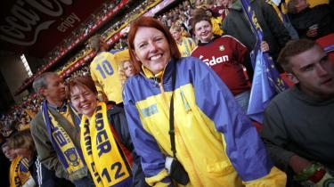 Kun 10-12 pct. af klubfodboldens publikum er af hunkøn. Men de kvindelige fans er mindst lige så entusiatiske som mændene, når det gælder om at støtte holdet, fortæller fodboldeksperten Birger Peitersen.