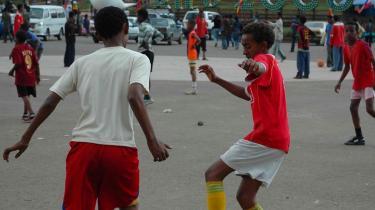 Gul, grøn og rød præger Etiopien for tiden - også her på Meskel Square i hovedstaden Addis Ababa, hvor der er pyntet op til fejringen af årtusindskiftet. Landet er blandt de fattigste i verden og står foran en befolkningsfordobling i løbet af de næste 25 år