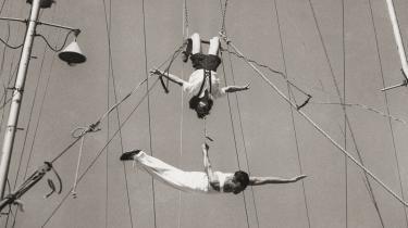 -Saabyes cirkus- er en trapezgysende svingtur i forfatterskabet med talrige referencer til Lars Saabye Christensens tidligere bøger.