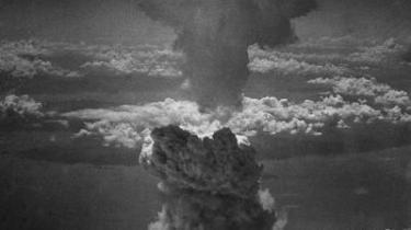 Atomvåben truer os fortsat. Her ses paddehatteskyen efter angrebet på Nagasaki den 9. august 1945 taget tre minutter efter eksplosionen fra B-29-bombeflyet i over seks km højde. 70.000 dræbte civile ligger grillet ved roden af skyen.
