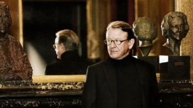 I aften står Henning Jensen på Det kgl. Teaters scene til premiere på Molières 'Tartuffe'. Her fortæller han om rollen, om hvad det har betydet for ham at være skuespiller, og om de dyrekøbte erfaringer, han bruger i sin kunst. Kunst og liv hænger uløseligt sammen