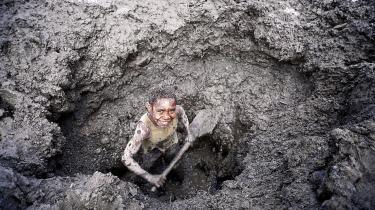 Børnearbejder. Fokus på børnearbejde i beklædningsindustrien har begrænset antallet af børnearbejdere under 14 år netop her. Men ifølge Red Barnet er problemerne bare flyttet. Der findes i dag 218 millioner børnearbejdere i verden, og mange er røget længere ned i leverandørkæden, hvor de er mindre synlige. Her graver en dreng efter guld i Papua Ny Guinea.