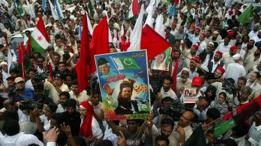 Protest. Det seneste år er konflikterne spidset til. I marts måned gik landets advokater og journalister på gaden, da Musharraf først afsatte Pakistans højesteretspræsident og så forhindrede pressen i at skrive om protesterne.
