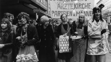 Kvindekamp. Alice Schwarzer var i 1971 med til at sætte tysk kvindekamp i gang og gjorde sig til fortaler for den fri abort med artiklen -Vi har aborteret!- i ugebladet Stern. Her bekendtgjorde 374 kvinder offentligt at have fået foretaget en abort. Her er det en gruppe tyske kvinder, der i 1974 demonstrerer mod abortloven.