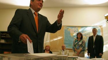 Den græske premierminister Costas Karamanlis, der her afgiver sin stemme i Saloniki i det nordlige Grækenland, ser ud til at få fire år mere på posten.