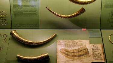 Guldhornene, som er en kopi af de originale, befinder sig normalt på Nationalmuseet i København, men var udlånt til en udstilling i Jelling, hvorfra de blev stjålet.