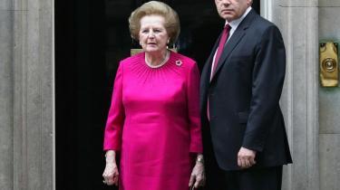 Margaret Thatcher modtog invitationen fra Gordon Brown ved at møde op iklædt et knaldende fuchsia-farvet kjole-jakkesæt ved Downing Street nummer 10 - og Browns slips matchede!