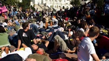 Organisationen Iraq Veterans against the War gennemførte i lørdags en -die-in- foran Kongressen i Washington, hvor 5.000 personer lagde sig ned og simulerede døde for at mindes de mange tusinde dræbte amerikanske og irakiske soldater.
