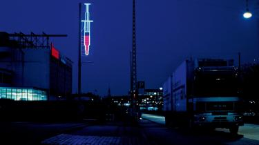 Særligt Leif Djurhuus- og Ole Faarups værker skiller sig ud på MAD LOVE. Djurhuus har blandt andet bidraget med Jes Brinch og Henrik Plenge Jacobsens socialpolitiske og seks meter høje -Engangssprøjte- fra 1996. Den var hængt op i Ingerslevsgade på Vesterbro i København i forbindelse med udstillingen City Space.