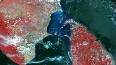 Nøjagtig i billedets midte strækker lord Rams bro sig fra Sri Lanka over til det indiske fastland. Hindunationalisterne tror fuldt og fast på, at broen blev bygget på blot tre dage af lord Rams abehær for 17.000 år siden, mens geologer mener, der er tale om en knap 50 km lang naturlig sandbanke.