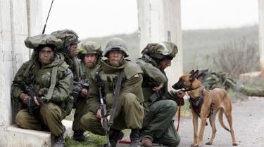 Sarkasme. Vi bevogter bjerget - så det ikke stikker af, siger en af soldaterne i -Beaufort- - en film om den israelske besættelse og afviklingen af det militære engagement i Libanon.