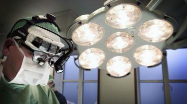 En kirurg på arbejde i en operationsstue på Privathospitalet Hamlet på Frederiksberg. Hamlet forventer en øget omsætning på 20-25 procent med den nye og kortere behandlingsgaranti, som træder i kraft pr. 1. oktober