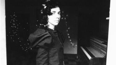 PJ Harvey har sagt farvel til rockmusikken og støjen i hvert fald for en stund og udforsker nu tangenterne med pyntelig finesse, oceanisk brusen, lurende dæmoni, ærbar sorg og sensualitet som spændte fjedre i sangenes lønkamre.