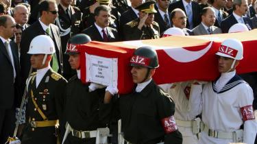 Tyrkiets nyvalgte præsident, Abdullah Gül, (i midten tv. for generalen) viser en død tyrkisk soldat, der blev dræbt af kurdere, den sidste ære. Ethvert drab på en etnisk tyrker får pomp og pragt og dignitarerne frem, mens de mange døde kurdere kun får et let skuldertræk frem hos tyrkerne.