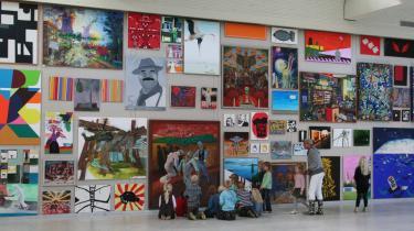På Match Race-udstillingen henter værker fra modernismen og samtidskunsten nye betydninger hos hinanden. Her er det Thorgej Steen Hansens billedcollage-væg , hvor kunstnere er sammenstillet i forhold til emnet krig.