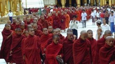 Demonstrerende munke og civile gik i går forbi Swedagon- pagoden i Yangon. Omkring 20.000 buddhistmunke og civile myanmarer benyttede søndagen til at protesterne imod militærstyret.