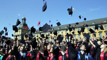 Unge på universitetet i Bonn fejrer, at de er blevet færdig med deres uddannelse. Men der er ikke meget at juble over i det tyske uddannelsessystem, for de tyske unge vælger i stor stil de videregående uddannelser fra, viser OECD-rapport