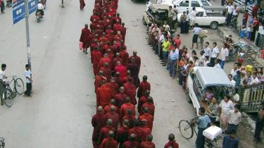 Buddhistiske munke i demonstrationsoptog mod Myanmars militærjunta. Op mod 100.000 demonstranter gennemførte i går den største demonstration i 20 år mod landets militærjunta