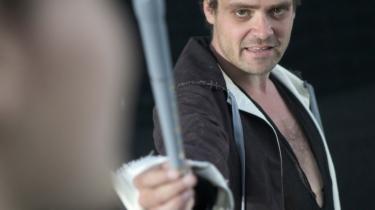 Slow motion er set før som alternativ til fægtescenens åh-så-kendte apoteose, men her træder scenetænkeren Norén i karakter med en tavs, gestisk gennemspillet nedslagtning . Og David Dencik ulmer som Hamlet.