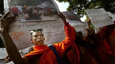 Myanmars buddhistiske munke demonstrerer og står med skilte, hvorpå der står -Vi er blot fulde af medfølelse. Hvorfor dræbe os?- og -Stop knægtelse af menneskerettighederne i Myanmar- - dagen efter at militæret gik løs på dem onsdag og dræbte mindst otte personer.