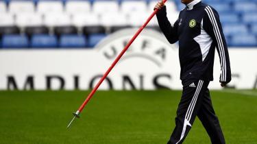 Isoleret. José Mourinho havde svære arbejdsvilkår i Chelsea, hvor han mistede indflydelse på spillerkøb og -salg. Nu er portugiseren fortid i London-klubben, men det skorter ikke på tilbud fra andre europæiske topklubber.