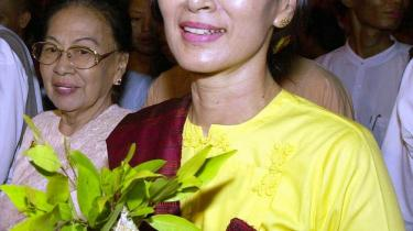 I 2002 blev Aung San Suu Kyi efter internationalt pres sat på fri fod, men siden 2003 har hun igen siddet i husarrest.