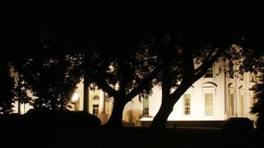 Nok er der lys på Det Hvide Hus, men der er uhyggeligt mørkt i gaderne rundt omkring.