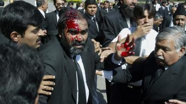 Politi og paramilitære tropper reagerede med brutalitet, da 300 advokater lørdag demonstrerede i protest imod, at højesteret har godkendt, at at Pakistans militære hersker, general Pervez Musharraf kan stille op til yderligere en fem års periode og samtidig bevare sin polition som øverstbefalende for de væbnede styrker.