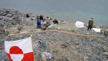 De lokale beboere i nærheden af bygden Qeqertarsuatsiaat, der ligger syd for Nuuk har siden fundet af store rubinforekomster i det nærliggende bjerg Det Røde Fjeld fået forbud mod at indsamle rubiner
