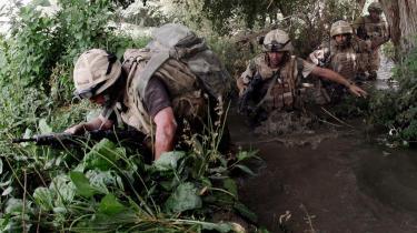 Engelske soldater på patrulje i Helmand-provinsen. Flere iagttagere anser det for en fejl, at NATO overhovedet er rykket ind i Helmand - det område, de danske soldater i Afghanistan nu skal forsøge at jage Taleban ud af.