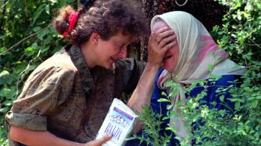 Sebrenica juli 1995. Tusinder af bosniske drenge og mænd blev myrdet i et regulært folkedrab. Græske medier talte om, at byen var -faldet-, og at muslimerne havde lidt -nederlag-.