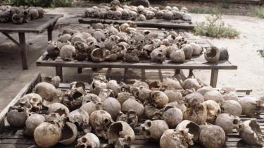 Hundredvis af kranier fra ofre for De Røde Khmerers rædselsstyre ligger på bordet, efter at de er blevet fundet i en massegrav ved Phnom Phen. I årene 1975-79 omkom 1,7 millioner mennesker af sult, sygdom eller ved henrettelse, mens De Røde Khmerer sad ved magten i Cambodja.